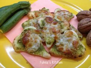 Cuori di pizza con pesto alle zucchine e noci e scamorza affumicata