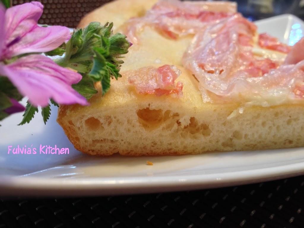 Focaccia con pasta madre alla pancetta e scamorza affumicata