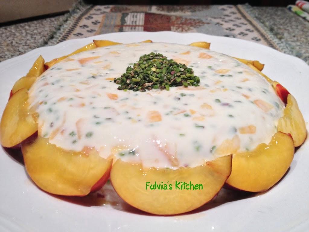 Ricetta light: simil bavarese allo yogurt con pesche e granella di pistacchio