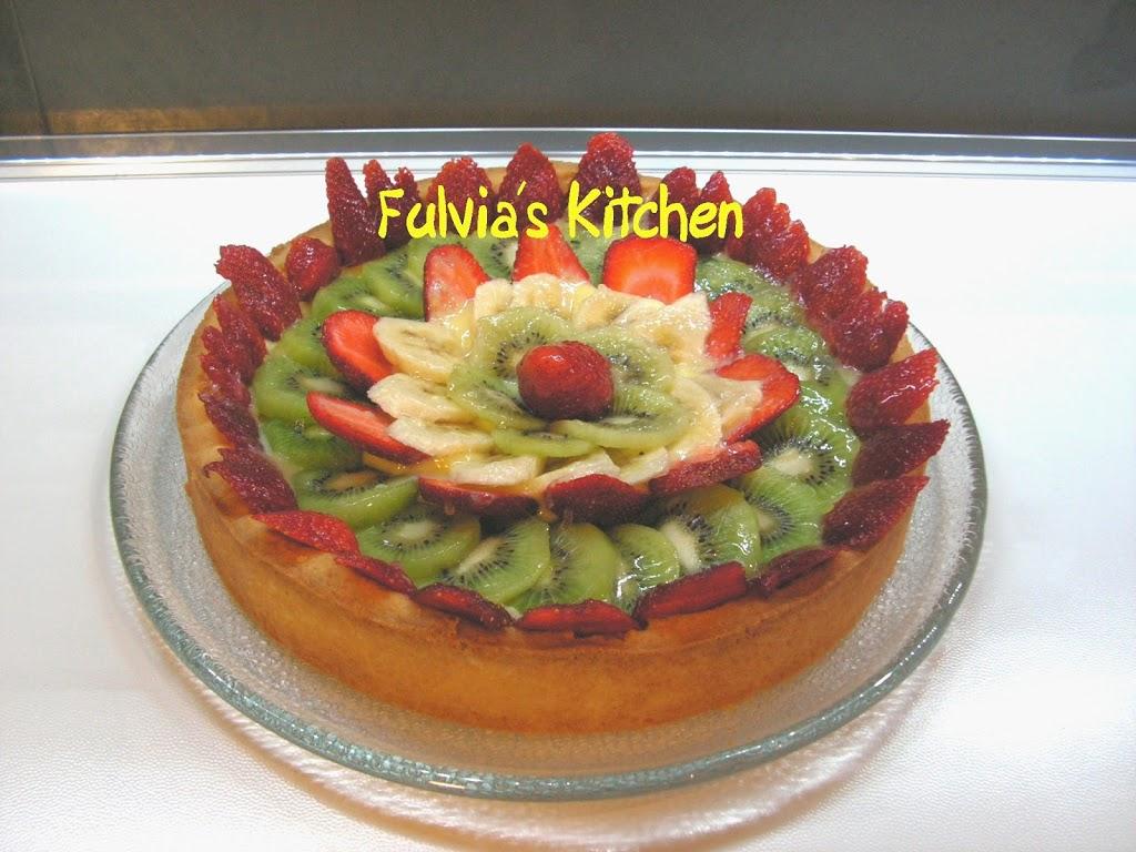 Crostata con fragole, banane, kiwi e crema pasticcera