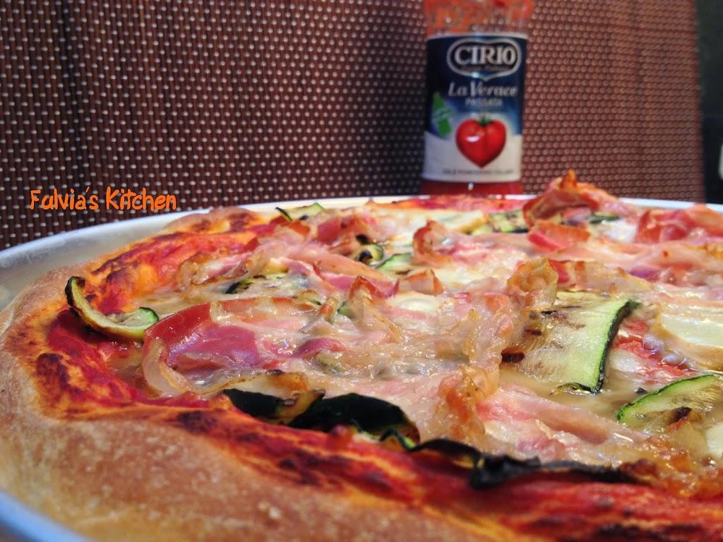 Pizza con pancetta, zucchine grigliate, scamorza affumicata a lievitazione mista