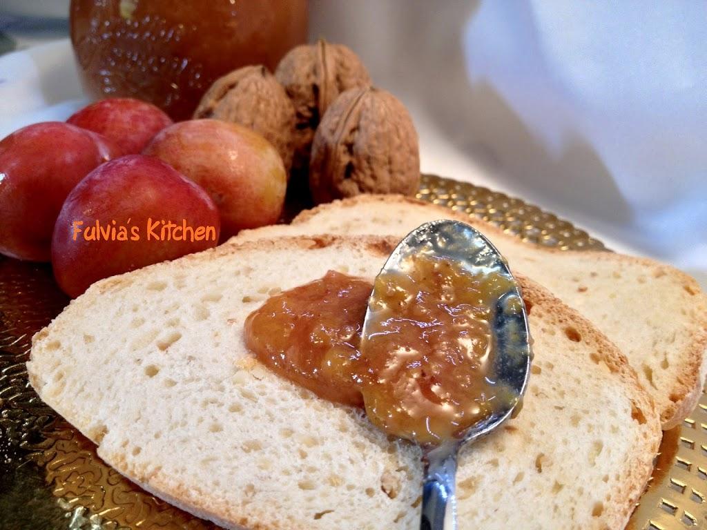 Confettura di prugne alla vaniglia con le noci