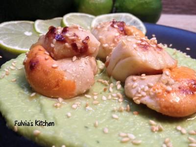 Capesante grigliate su crema di avocado e pere al lime