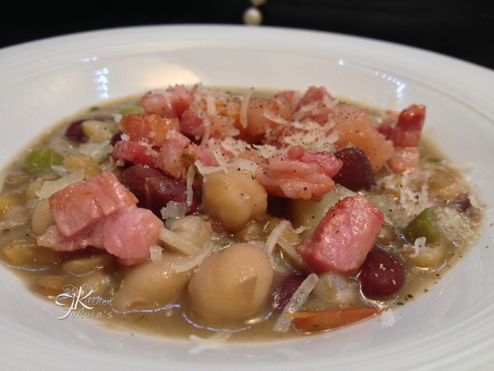 Zuppa di legumi e cereali con coriandoli di pancetta