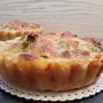 Mini quiche di frolla salata con piselli, wurstel e mozzarella2