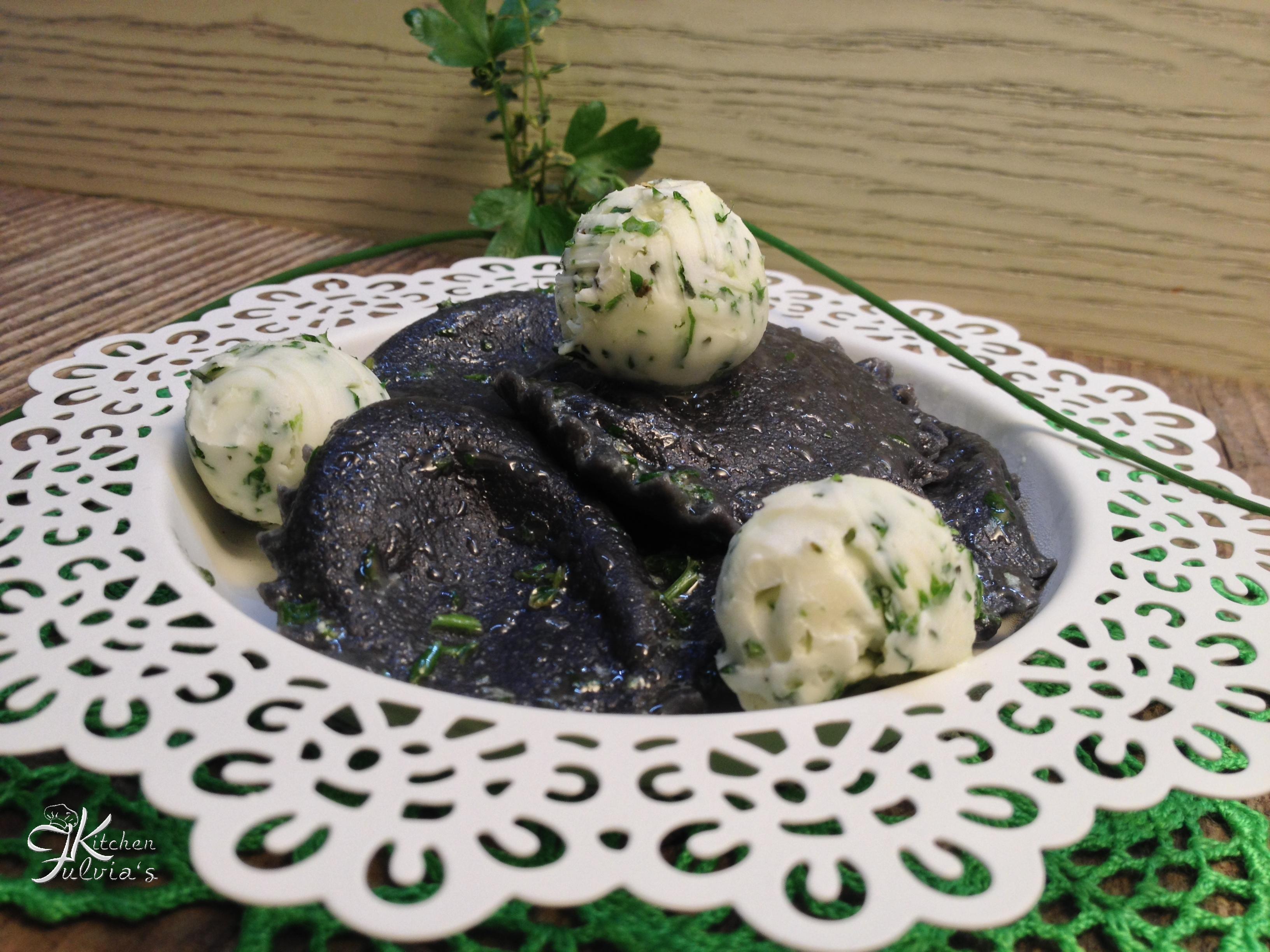 Ravioli al nero di seppia con salmone affumicato