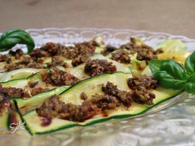 zucchine grigliate al pesto di olive, capperi e pomodorini1
