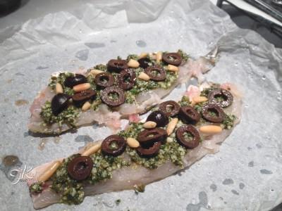 Filetti di cefalo con pesto, olive nere e pinoli