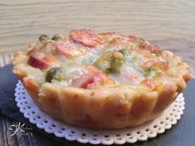 Mini quiche di frolla salata con piselli, wurstel e mozzarella3