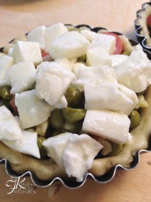 Mini quiche di frolla salata con piselli, wurstel e mozzarella4