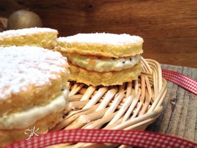 Whoopies di pasta biscuit con crema ai kiwi