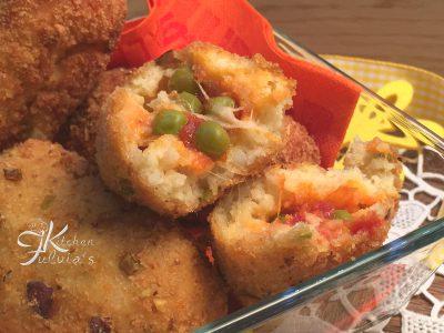 Crocchette di patate ripiene di piselli e mozzarella
