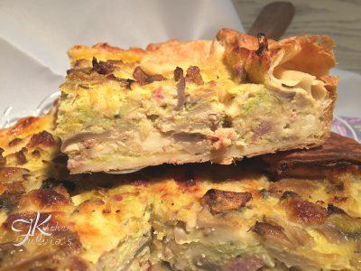 Torta salata con primo sale, verza, funghi e salsiccia