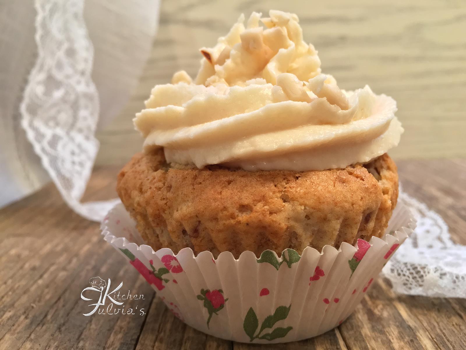 Cupcakes con pinoli, datteri e frosting alla crema di pinoli