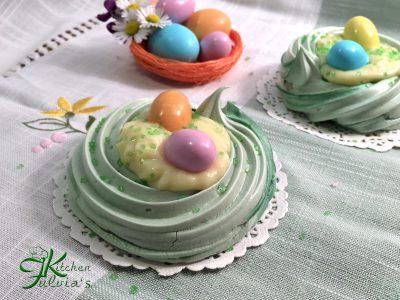 Mini pavlove con crema pasticcera e ovetti