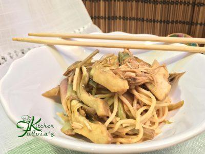 Noodles delicati con carciofi e pollo