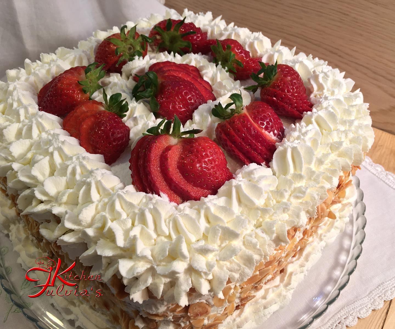 Torta di compleanno con panna e fragole – videoricetta