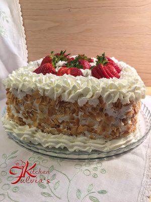 Torta di compleanno con panna e fragole