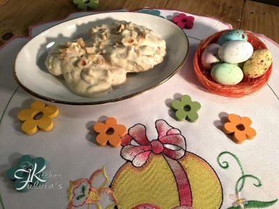 Medaglioni di pollo con panna, senape e nocciole