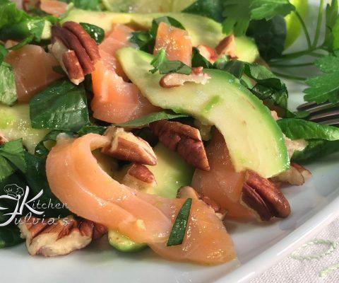 Carpaccio di salmone affumicato, avocado, spinaci e noci pecan