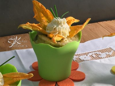 Mug cake con fiori di zucca, acciughe e ricotta