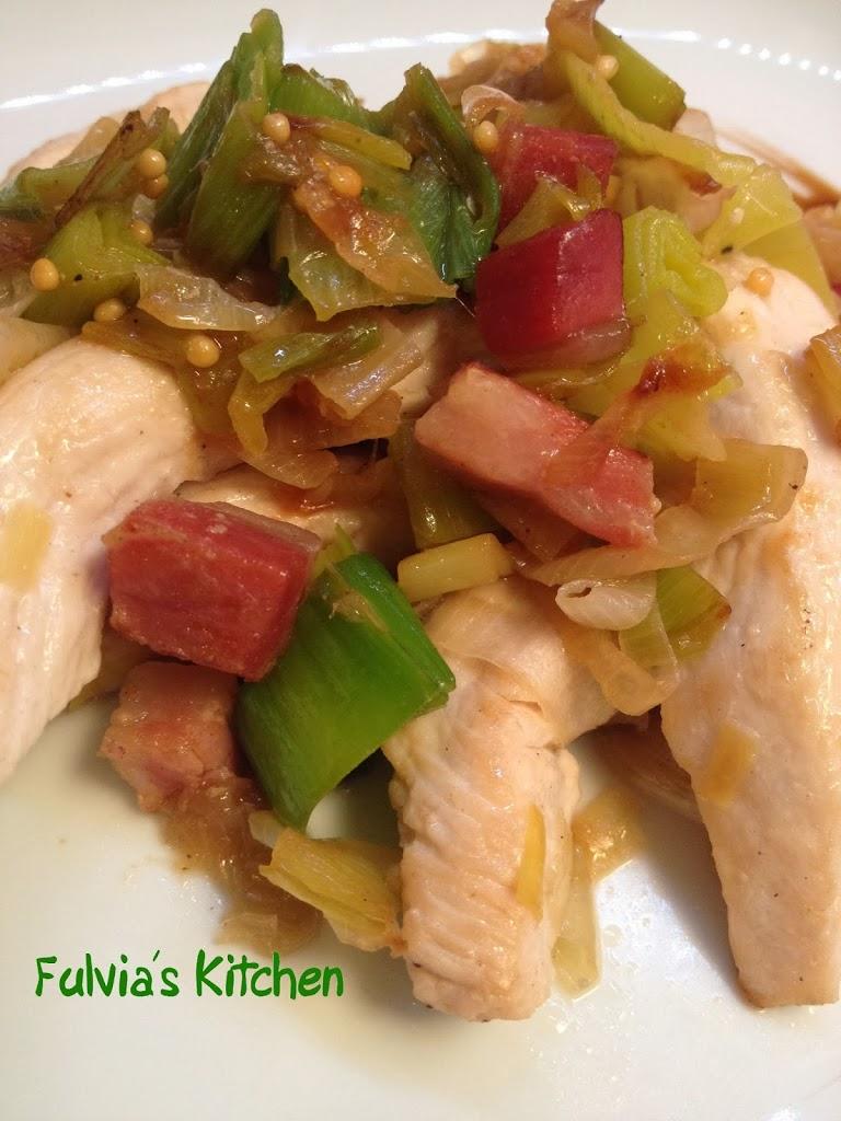 Straccetti di pollo con porri e pancetta affumicata