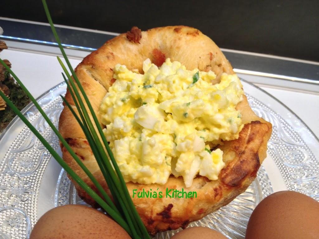 Cestini di pane alla pancetta con uova sode cremose
