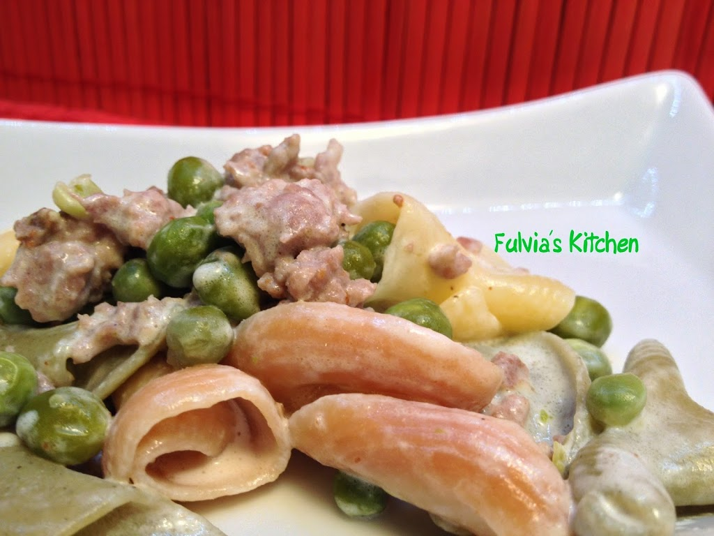 Pasta con piselli, salamella e panna vegetale