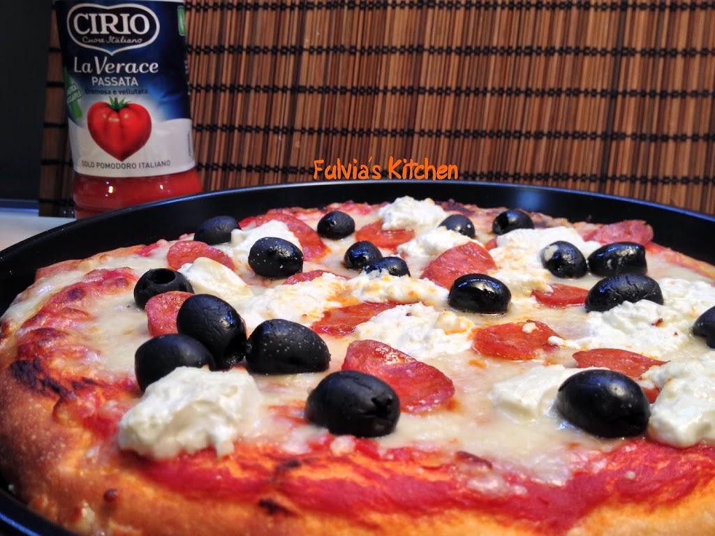 Pizza con caprino, salame piccante, olive nere e Passata LaVerace Cirio a lievitazione mista