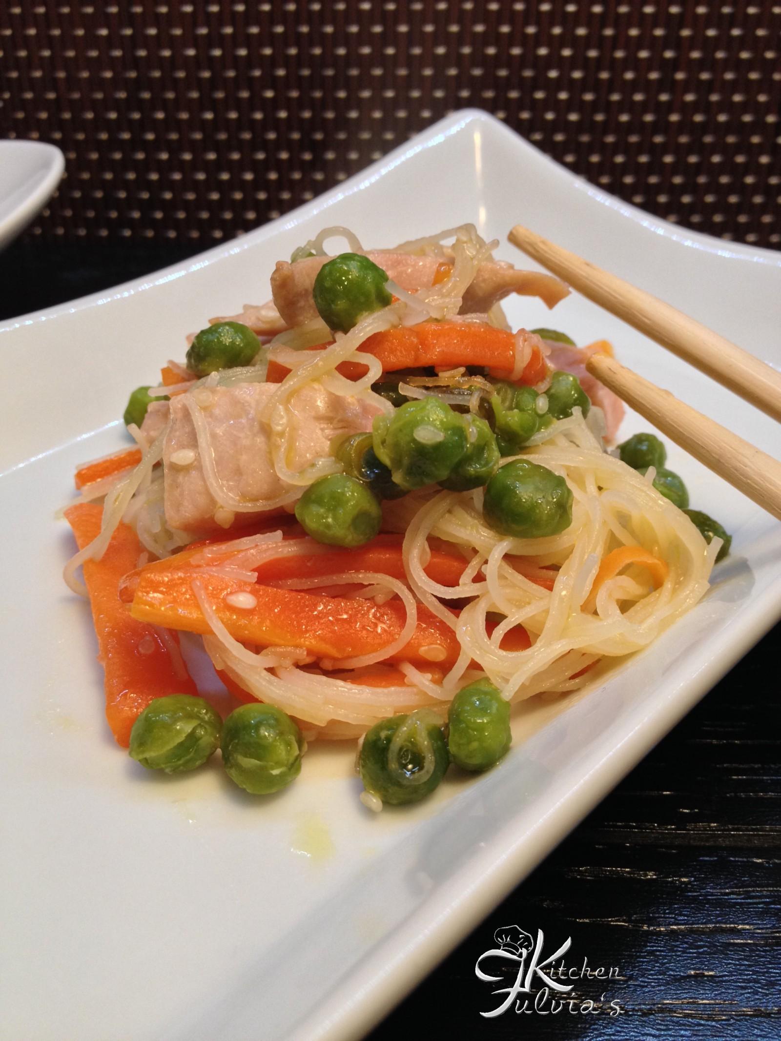Vermicelli di riso con tonno, piselli e carote