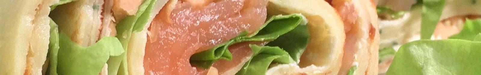 Rotolo di crespelle con salmone affumicato, formaggio e arachidi – videoricetta