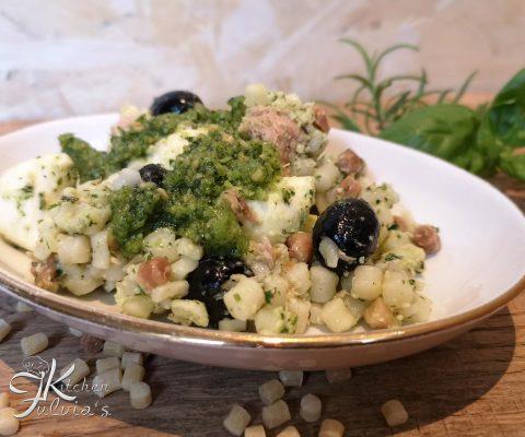 Fregola fredda al pesto di erbe con tonno, mozzarelline e olive nere