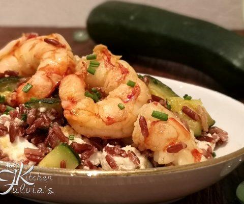 Riso rosso con zucchine, gamberi e ricotta la ricetta