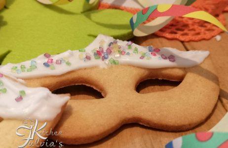 Biscotti mascherine di Carnevale glassate la ricetta