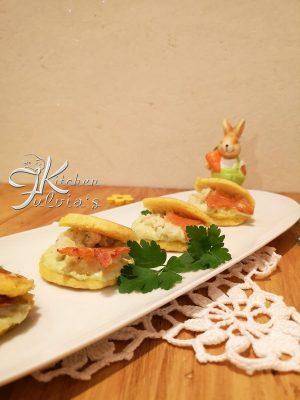 Mini pancakes di mais con crema di asparagi e baccalà mantecato