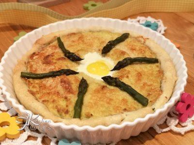 Torta salata con crema di asparagi, uovo di quaglia e salmone