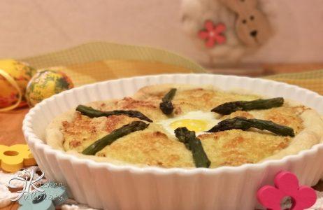 Torta salata con crema di asparagi, uovo di quaglia e salmone la ricetta