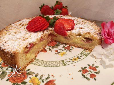 Crostata sbriciolata della nonna con fragole e pinoli